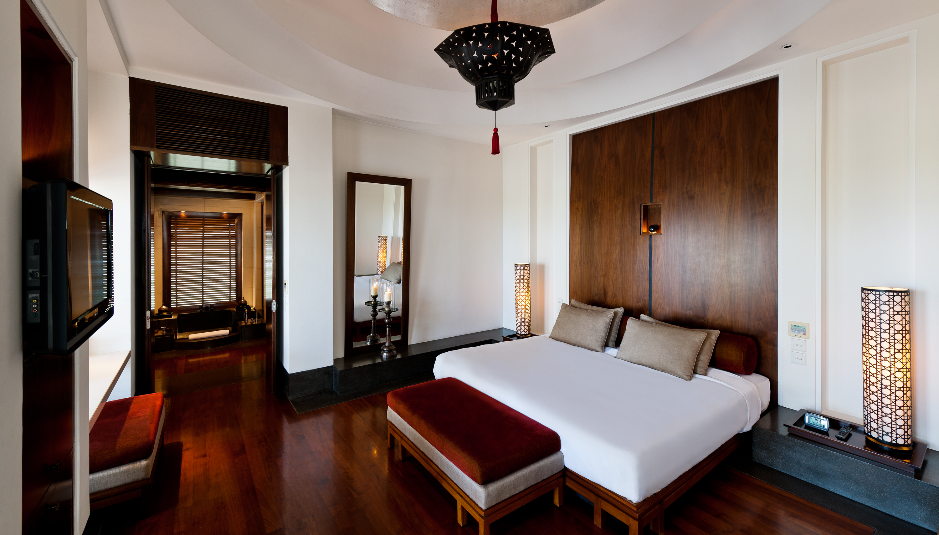 Classics_TheChediMuscat-Rooms-Chedi Club Suite-Bedroom.jpg